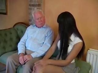 Dedo si to užije s mladou