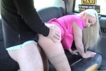 Blondínka a starší taxikár vo fake taxi