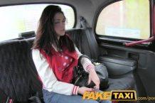 Fake taxi – kráska mrdá v taxíku