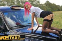 Amatérka si to dáva vo fake taxi