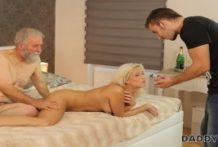 Mladá sexuje so starým mužíkom