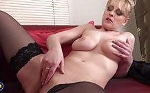 Blond dáma masturbuje doma