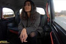 Sexíček s dievkou vo fake taxi