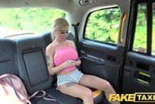 Blondínka vo fake taxíku
