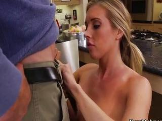 Blondínka si nechá vymasírovať vagínu
